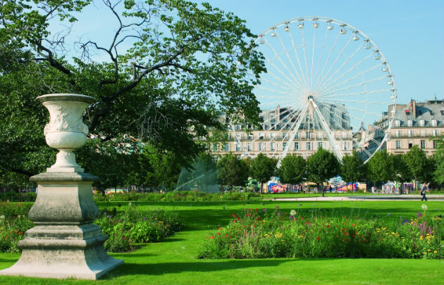 Jardin des Tuileries, Paris © Thinkstock. Terrasse d'un café-restaurant, Paris © OTCP - David Lefranc