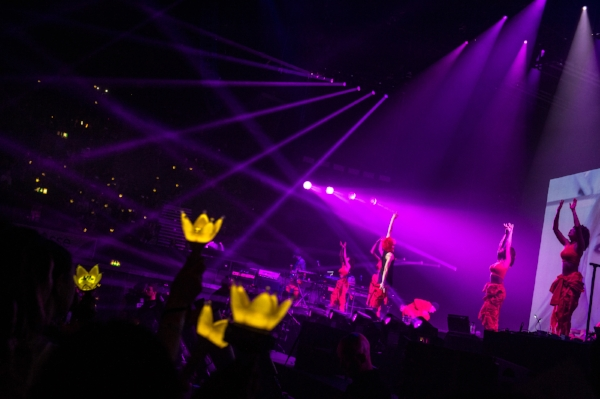 Photo: Bora Kim | Live Nation    As lights dimmed, the music for  'Heartbreaker'  got louder and the arena lit up with the infamous yellow crown glowsticks. G-dragon was welcomed with an uproar of cheers!