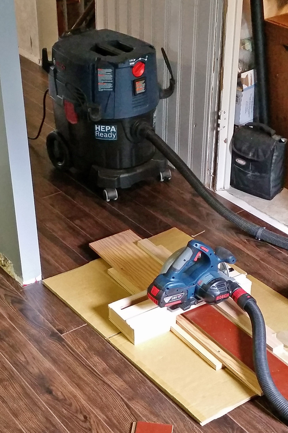 Bosch VAC090S dust extractor connected to circular saw