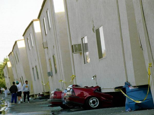 300px-Collapsed_Apartment_After_Northridge_Earthquake.jpg