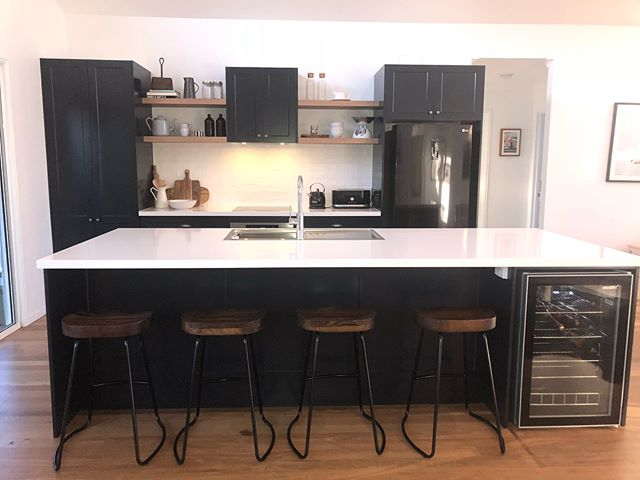 One of our latest kitchens finished at Noosa recently. Deep blue shaker doors with @caesarstoneau counter tops! Thank you to @total2pack @southeast__stone @blumaustralia