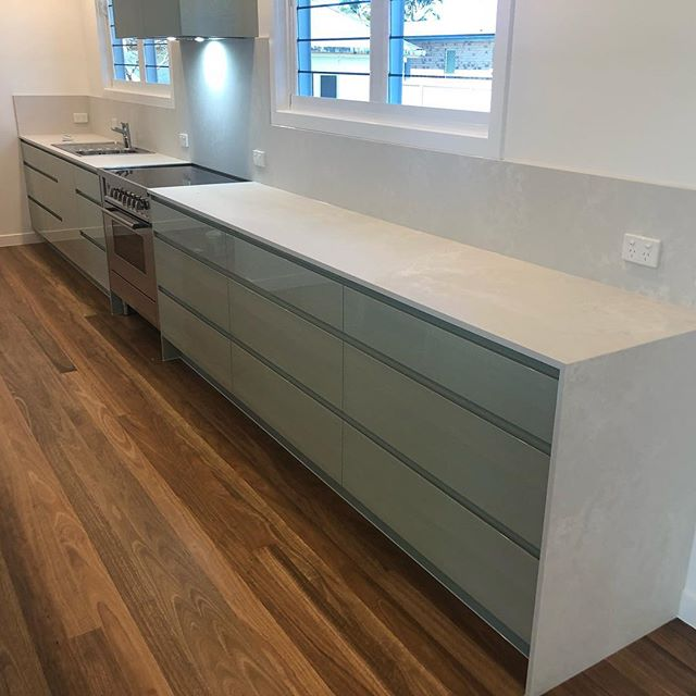 When you need a little colour in your kitchen! #olive #cloudburst @caesarstoneau @total2pack @southeast__stone