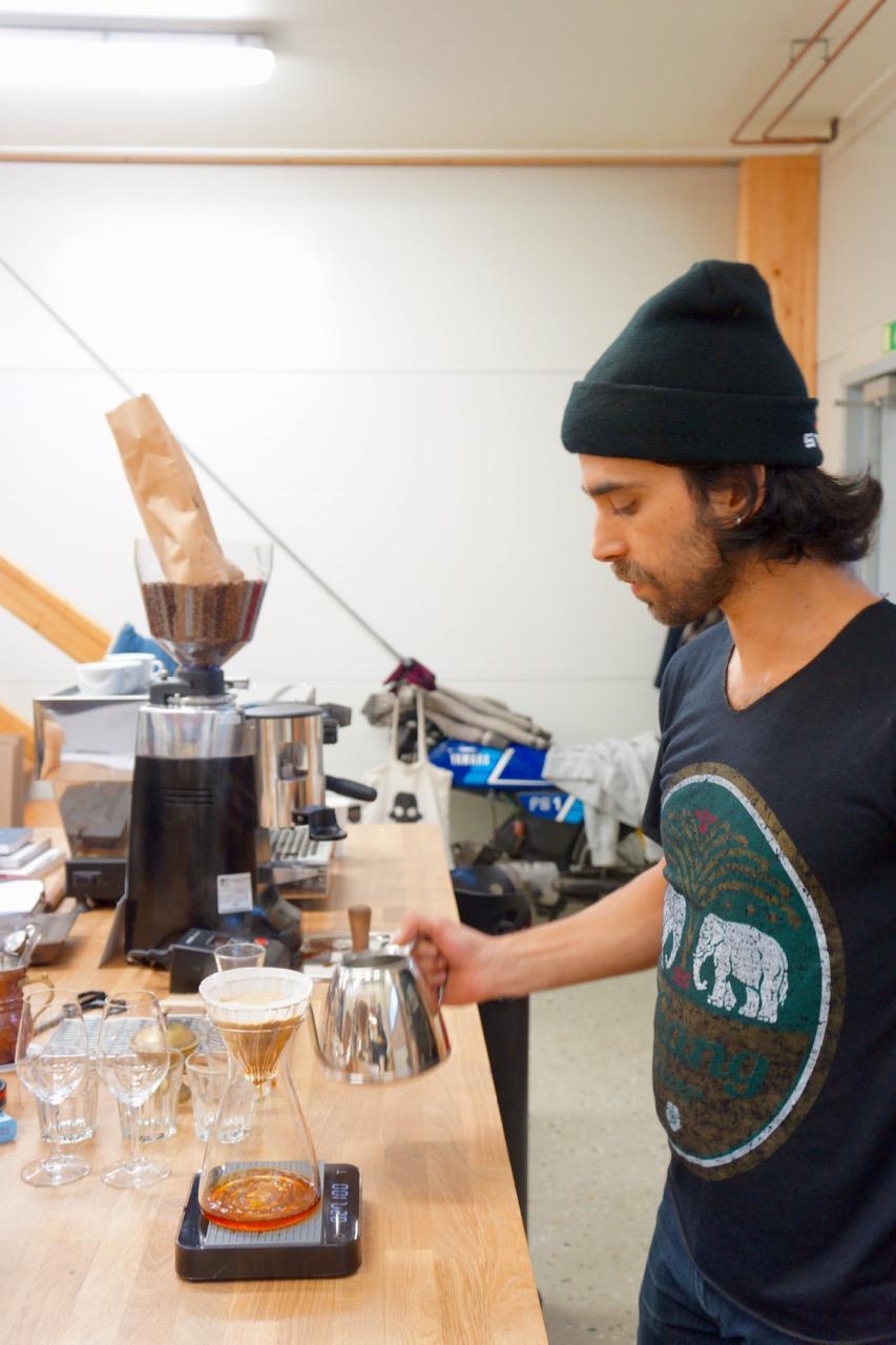 CoffeeをドリップするÖner Kulbay