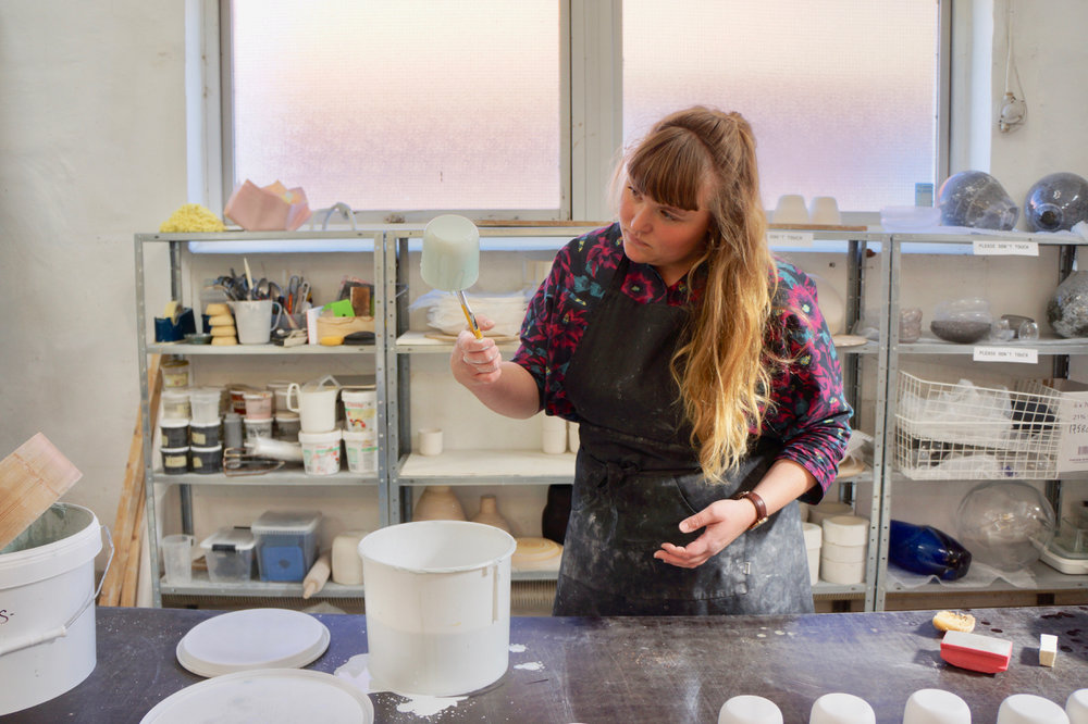 Way of return to the nature/Sarah Oakman   Oh Oakのプロダクトに出会ったのは、コペンハーゲンのインテリアショップFinderiだった。まばらに付けられた独特の釉薬の色合いはとても自然に感じられ、実際に使ってみると食材や飲み物の色とのコンビネーション、光の反射によるコントラストで陶器の印象に変化を起こした。感情に訴えかけるプロダクトを作る彼女のクラフトマンシップを探ってみたいと思う。 read more