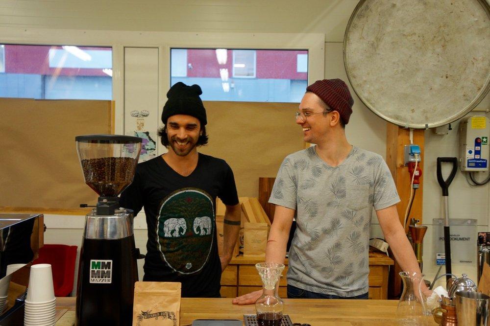 """運命が導かれたヒップなロースター達のお話  /Stockholm Roast   コーヒー先進国と言われている北欧諸国。中でもスウェーデンでは""""FIKA""""という言葉があるように暮らしの中にコーヒーというものが溶け込んでいる印象がある。世界的なサードウェーブコーヒーブームと一線を画すマイクロコーヒーロースターStockholm Roastに出会った2016年2月のある日のストーリー。 r  ead more"""