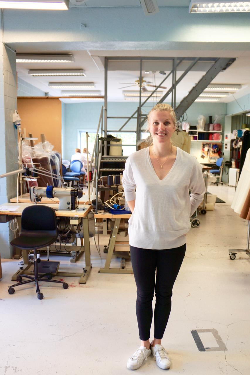Hurry slowly/Elisabeth Stray Pedersen   オスロから南西に電車で30分行った所にあるDrammen。入江の近くに山がある光景はフィヨルドを思わせる。この地形を活かし、古くから造船業などが栄えていたこともあり、この辺一帯は、工場などが立ち並ぶ静かなエリア。ノルウェーのファッションデザイナーのElisabethとは、はじめはオスロで会って話をしようとしていたけれど、思い切ってこの場所まで来て良かった。今、ノルウェーファッションを劇的に面白くしている彼女に話を聞いてみた。 read more