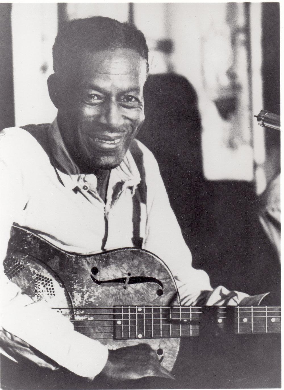 """Eddie James """"Son"""" House Jr var en mycket uppskattad bluessångare och slide-gitarrist, här med en resonatorgitarr."""