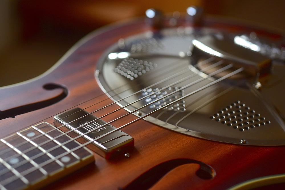 Med Big Bro Electric har man lyckats förträffligt med att ta fram en ljudbild som balanserar gitarrens naturliga ton med en mer elförstärkt karaktär.