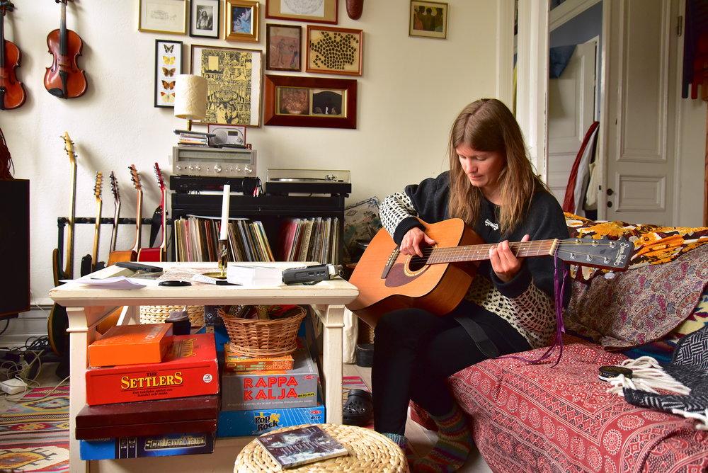 Utöver sin röst visar Isabel i sina soloprojekt att hon även behärskar gitarren