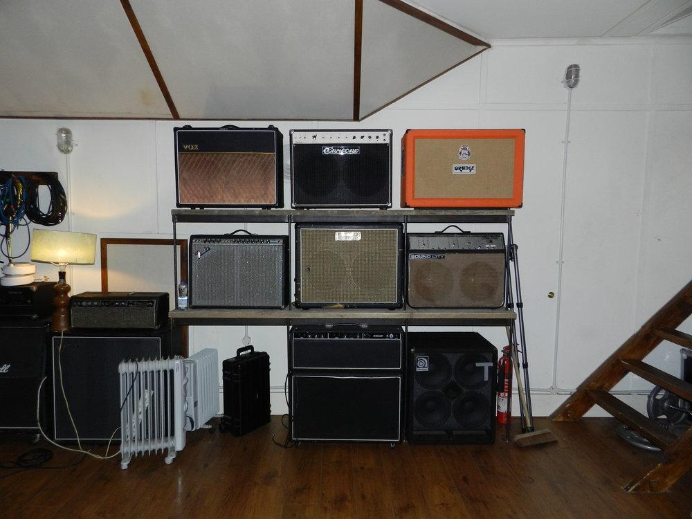 Ben Phillips har en bakgrund inom hardcorepunk och metal. Han älskar vintage-utrustning och här ses en del av de förstärkare, lådor och combos han har samlat på sig genom åren.