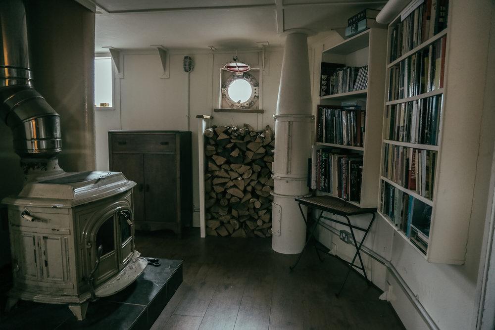 """Det finns ett litet trevligt övernattningsutrymme på fyrskeppet också, med vedspis, sängar och böcker. Det är dock sällan som det tas i bruk, säger Ben Phillips. """"Branschen har förändrats. De flesta artister gör kortare inspelningar. Inte som förr då de bokade en studio i en månad."""""""