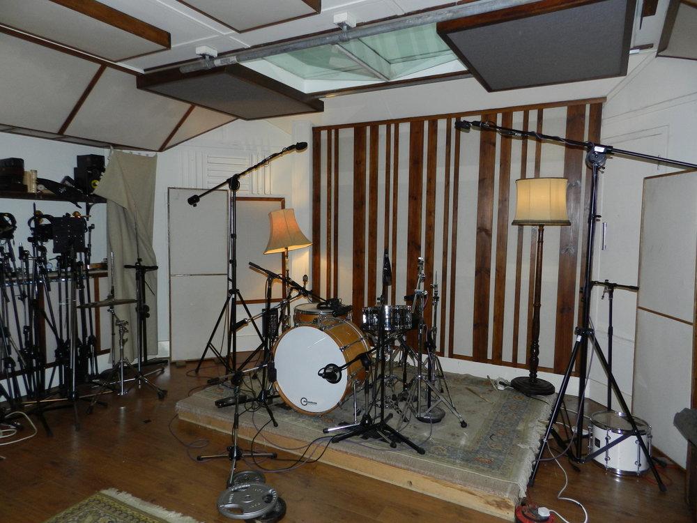 Studiodöden har drabbat London hårt. Många artister och band jobbar hemma men ska man spela in trummor live är det en bra studio som gäller. Det var detta som Ben fokuserade på.