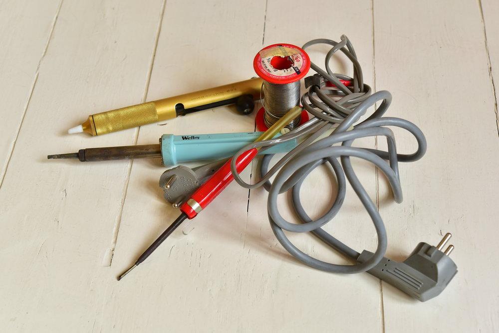 En lödkolv och lite lödtenn, livsviktiga verktyg för pedalbyggaren. Lödkolvar finns i flera olika storlekar. Lagom är alltid bäst.