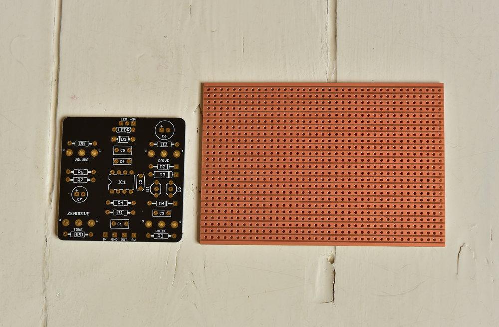 Här ser du ett vanligt kretskort och ett Veroboard (t.h.).