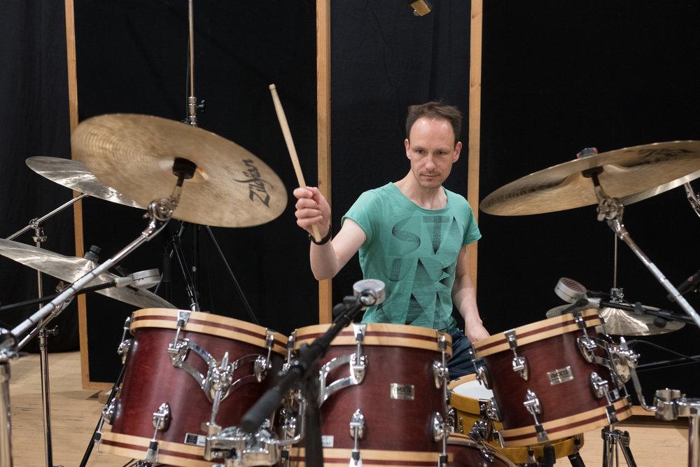 Norman Garschke håller i stockarna även på Superior Drummer 3.