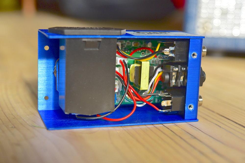 Båda pedalerna har en lätt åtkomlig batterilucka, och batteri ingår.