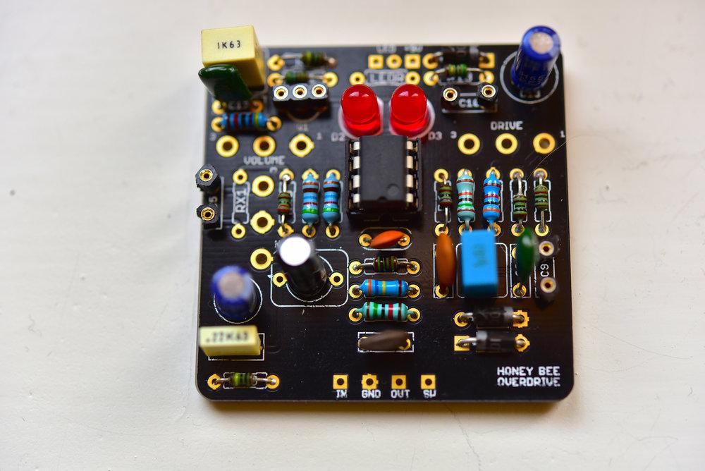 Här har vi använt ett färdigt kretskort. Notera att både IC-kretsen och några andra komponenter fått hållare, så man enkelt kan byta dem.