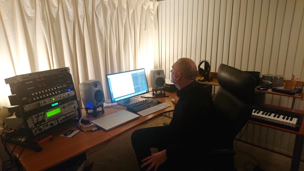 Sven-Inge skriver låtar hemifrån sin källare, i sin hembyggda studio. Foto av Hanna Sundman.