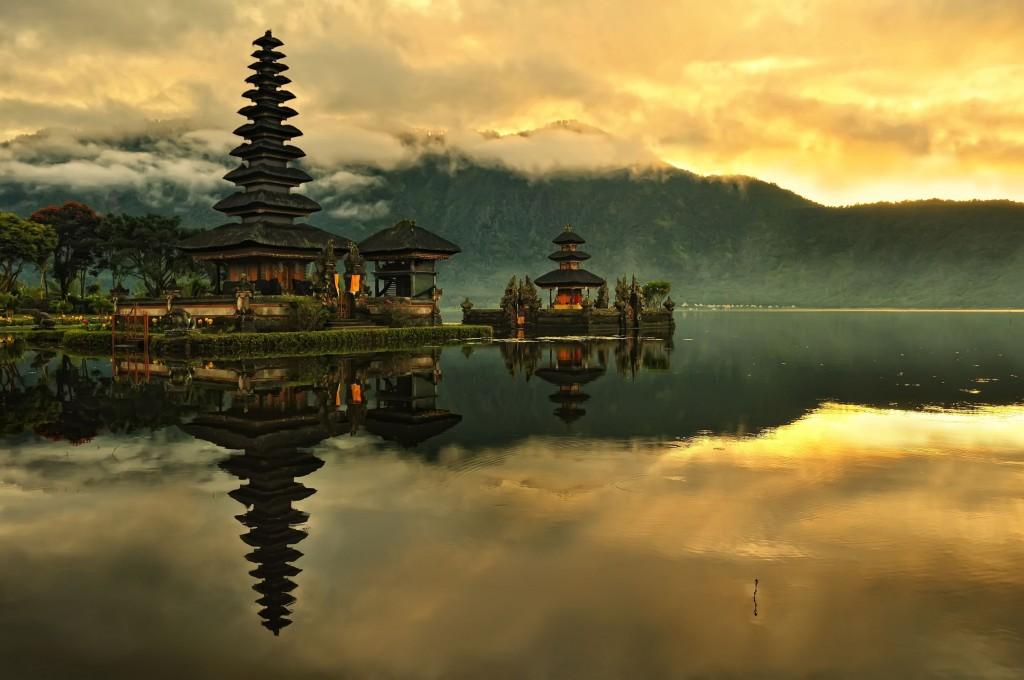 Bali-Pura-Ulun-Danu-Bratan-Water-Temple-in-Bali-Indonesia-1024x680