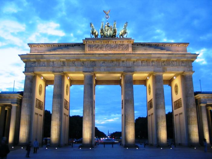 amazing-berlin-brandenburger-tor-blaue-stunde-with-lighting-and-beuaty-view
