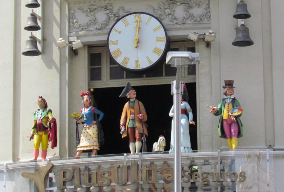 FIVE EMBLEMATIC FIGURES FROM MADRID COME OUT TO ENTERTAIN IN THIS GIANT CUCKOO CLOCK