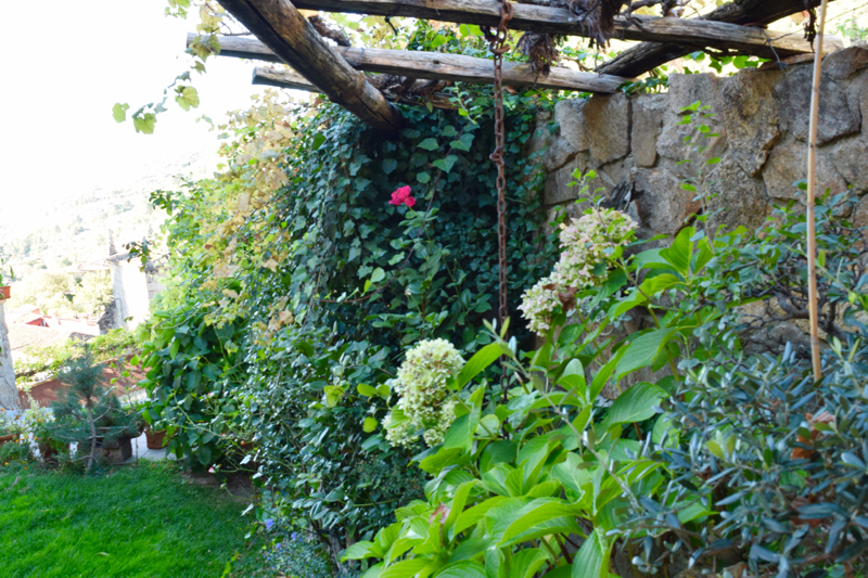 The well-kept garden adds to the charm of Paraiso de Gredos