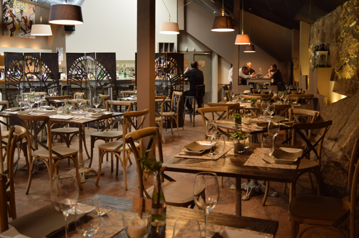 The rustic elegance decoration of the Reloj restaurant gives a warm and relaxing atmosphere.