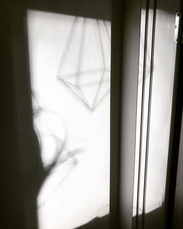 Sometimes life is B&W ⚫️⚪️⚫️⚪️⚫️⚪️⚫️ ⚪️⚫️⚪️⚫️⚪️ . . . #himmeli #home #modern #nordic #scandinavian #scandinaviandesign #modernmobile #art #mcm #midcenturymodern #modernhome #interiordesign #designermaker #artisan #design #brass  #tillandsia #airplant  #shoplocal #geometricdecor #geometric #etsy #pnw  #westcoast #b&w #blackandwhite #shadows #falllight
