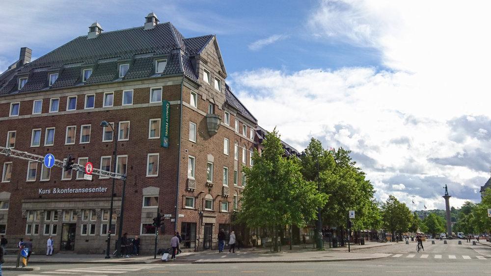 Quality Hotel Augustin   Trondheimshotellet Quality Hotel Augustin har en lang og rik historie helt tilbake til 1915. Hotellet ligger sentralt i Trondheim med sine 136 rom, egen konferanseavdeling med mulighet for eventer, konfirmasjoner og andre selskaper.