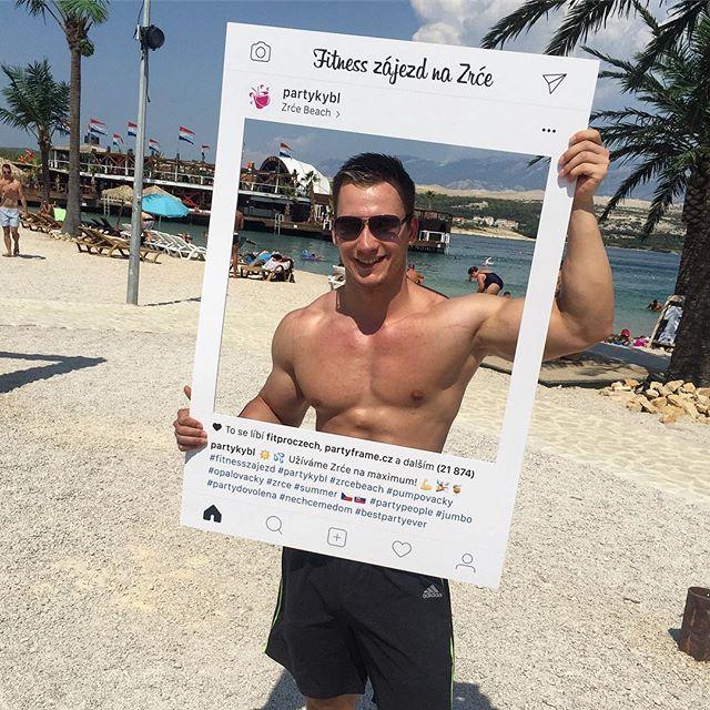 Orámovali jsme beach boye @ladislav_vopravil na proslavené párty pláži Zrće ☀️🏝🎉 - - - #partyframecz #partykybl #zrce #zrcebeach #zrce2018 #summer2018 #czechman #czechboy #czechfitness #czechfitnesspeople #czech #fitnessczech #fitman #fitfam #fitnessmodel #fitmodel #fitnesslifestyle #fitnessaddict #polishboy #physique #fitlifestyle #menstyle #shredded #instagram #socialcutouts #biceps