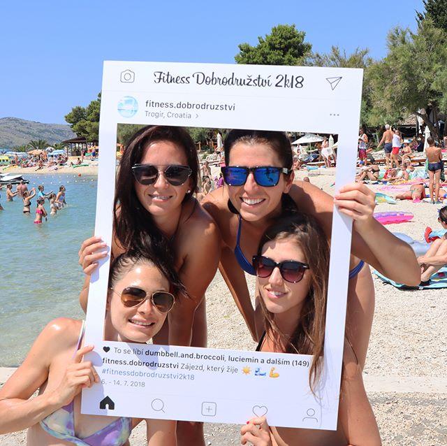 Další originální Insta rámeček putoval do Chorvatska na speciální fitness dovolenou u moře 😍🌊 Naše fotorámečky jsou samozřejmě voděodolné, takže proč se v něm nezvěčnit klidně v bazénu nebo moři 📸 Výroba nám běží na plné obrátky, objednej si svůj na www.partyframe.cz 🤙 - - - #partyframecz #fitnessdobrodruzstvi #partyframe #czechgirl #czechgirls #fitgirl #baewatch #czechfitness #fitnessgirl #baywatch #photocorner #fitholiday #vitaminsea #beachday #runbagirun #runner #dnesbeham #dnescestujem #beachgirl @fitness.dobrodruzstvi