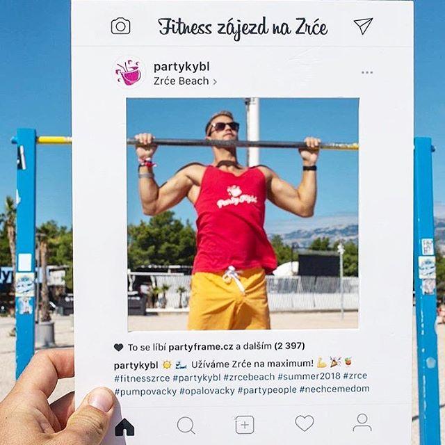 Repost @gyurics_david ・・・ Na #zrcebeach jsem vůbec nepil a nepařil. Jako správný #personaltrainer jsem jen poctivě přitahoval 😁🤣💪🏻photo by @mkmikes #partykybl #fitnesszrce #zrce #novalja #partykyblstaff #pullups #befit #fit #fitness #beach #sun #summervibes #happy #partyframecz #photoframe #instagraf #smybox #instaframe #czechboy #fitman #summer2018