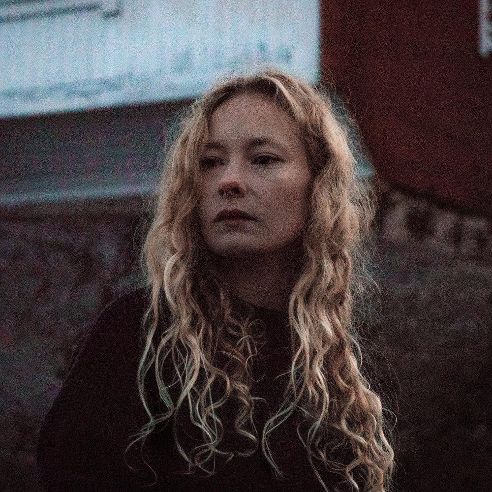 """Vargkvint - Inspirerad av hav, skog och naturväsen är Vargkvint det musikaliska projektet av och med Stockholmsbaserade multikonstnären Sofia Nystrand. Efter att på egen hand släppt den lågmälda debut-EP: """"Brus"""" 2016, plockades den upp av franska Soft Recordings för återutgivning året efter, och hennes första fullängdsalbum, konceptskivan """"Hav"""", släpps i april 2019 via piano and coffee records. Genom att kombinera stämningsfulla melodier med ett lekfullt synsätt på arrangemang och instrumentanvändande landar Vargkvints musikaliska uttryck mellan definitionerna av folk, modern klassiskt, pop och experimentell musik, och hon har vid flera tillfällen turnerat internationellt, och uppträtt på bl.a. Q3Ambientfest i Potsdam, Tyskland."""