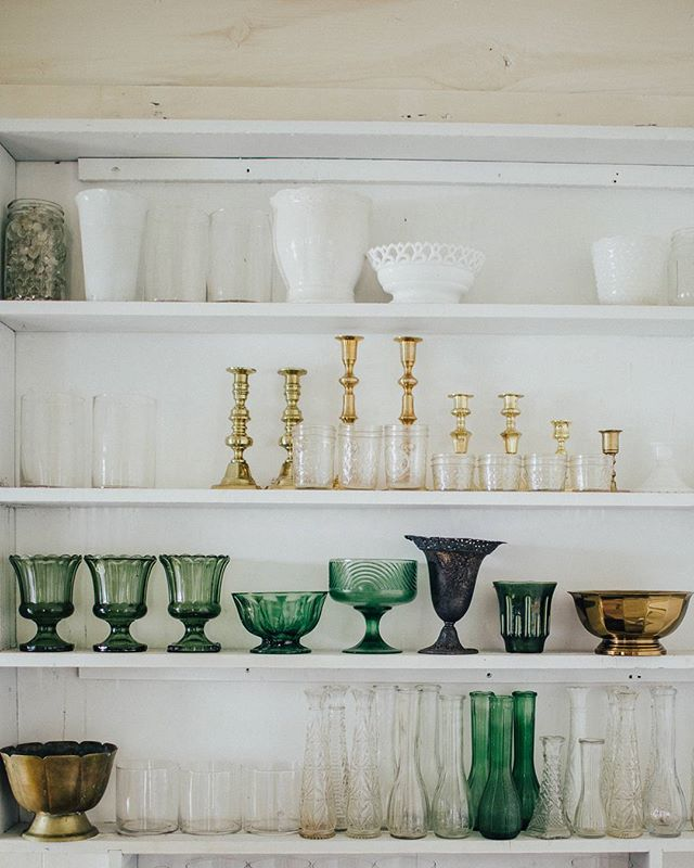 This crisp air has me all giddy and ready for fall picking season. Lately, green glass, milk glass, and tarnished brass have been my obsessions, but ill be looking for some more pewter. Who else is already allocating funds for Springfield and @theruralsociety? 🙋 Photo by the lovely @racheljoybarehl