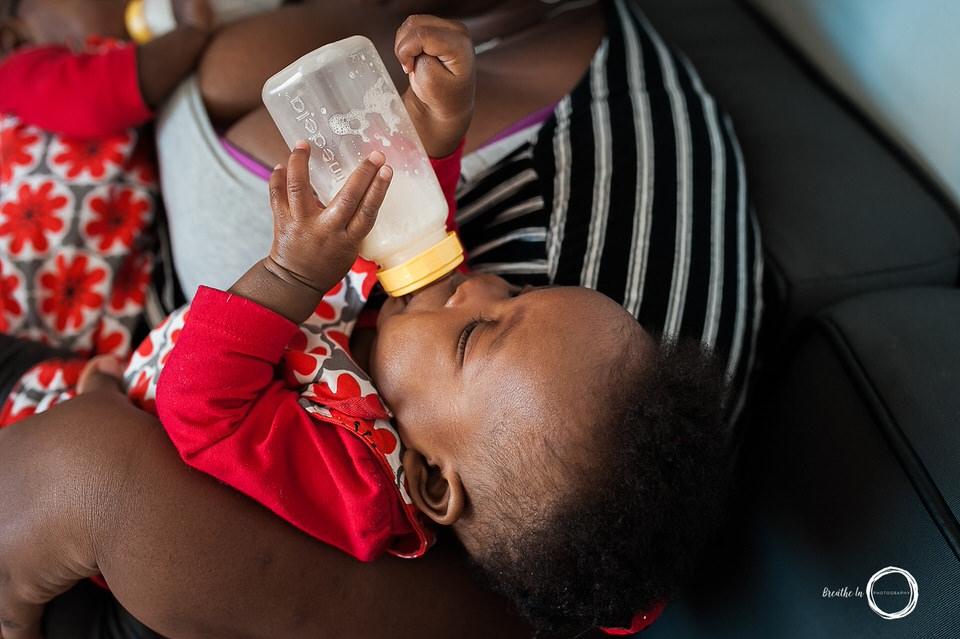 Belle bouteille de bébé fille en train de s'alimenter avec sa mère et sa soeur lors de photos prises à Ottawa