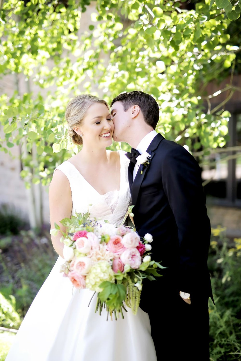 bride-and-groom-kiss-pink-bridal-bouquet-pepper-nix-photography.jpg