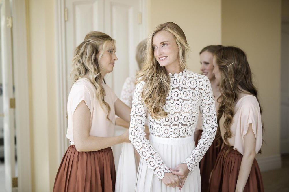 bridesmaids-bride-getting-ready-wedding-day-utah-weddings-pepper-nix-photography.jpg