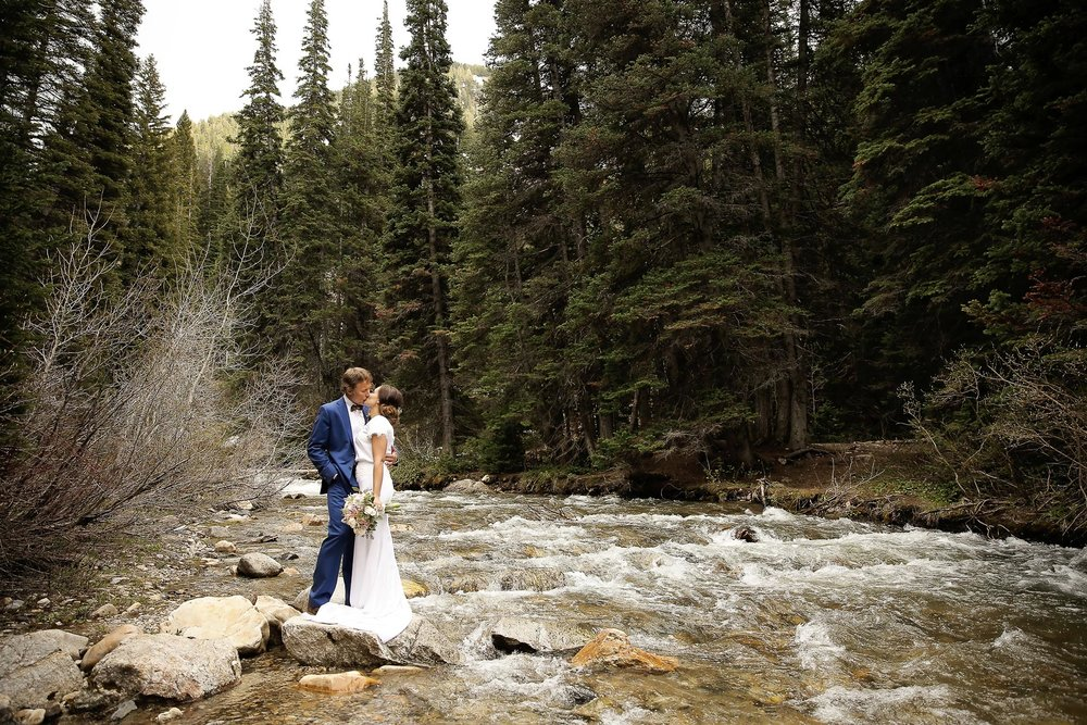 bride-and-groom-moments-nature-mountain-weddings-angela-howard.jpg