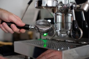 Italian espresso machine maintenance - backflushing your manual espresso machine's E61 group for a clean manual Italian coffee machine