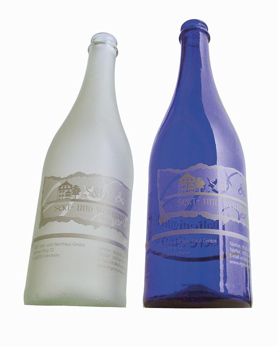 """Durch ein feinmaschiges Trägermaterial wird die Druckfarbe auf das Druckgut direkt aufgebracht. Die Begrenzung des Farbauftrages wird durch entsprechende Beschichtung des Trägermaterials erreicht. Wir kennen auch den """"Kniff"""" für die Bedruckung von Wein- und Sektflaschen!"""