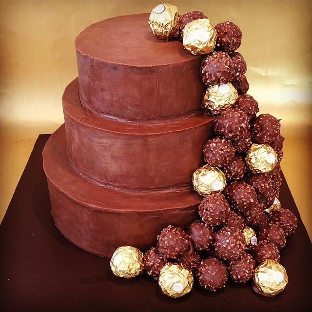the perfect #ferrerorocher #celebration #chocolate #cake #nutella #buttercream #chocolateganache #birthday #noneedforcandles #happybirthday #belatedpost #loveya #cakeymaccakeface @auger.joanne #ultimate #fererrorocherfan @ferrerorocherfr @nutellauk @munchpopsuk
