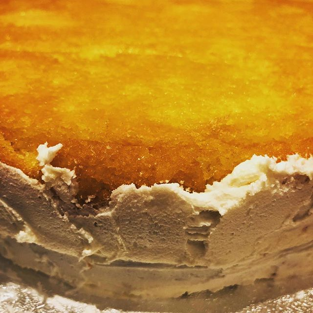 #lemon #🍋#drizzle need I say more? #juicy #bouncy #caramelised #lemonbuttercream #slatheredon #celebration #cake #munchpopsuk #havecakeandeatit