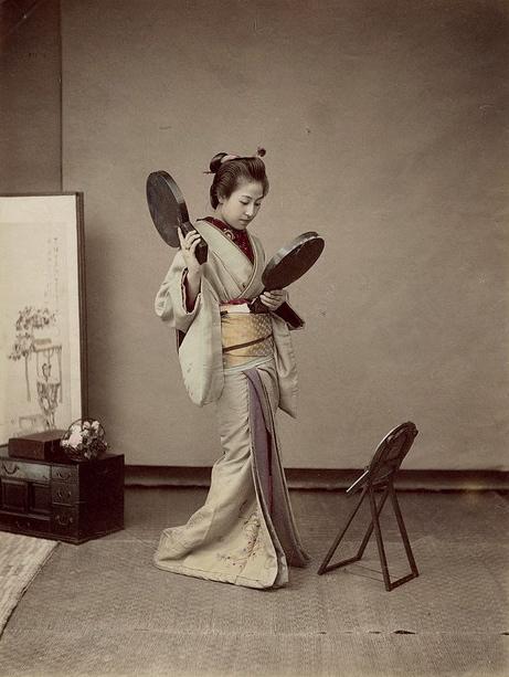 Japonaise aux miroirs.
