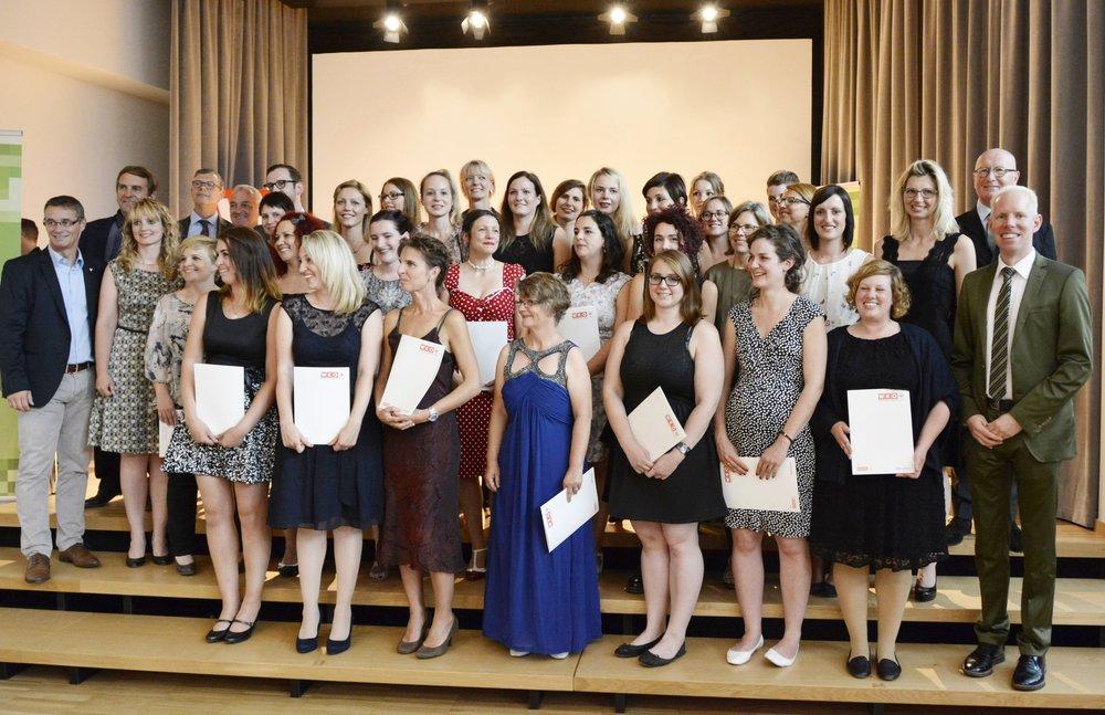 Die glücklichen Jungmeister 2016 während der feierlichen Zeugnisverleihung der Wirtschaftskammer WKO. Nach dem Ausbildungsjahr an der Academy of Flowerdesign / AoF halten die Absolventen stolz das europäische Florist-Meisterdiplom in den Händen.