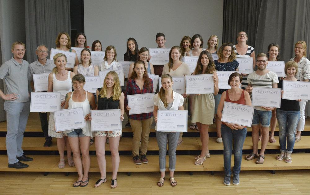 Die stolze Meisterklasse 2016 - 2017 mit dem schönen AoF-Schulzertifikat, welches unabhängig vom Meisterdiplom den 25 Absolventen bescheinigt, dass der Meisterlehrgang absolviert wurde.