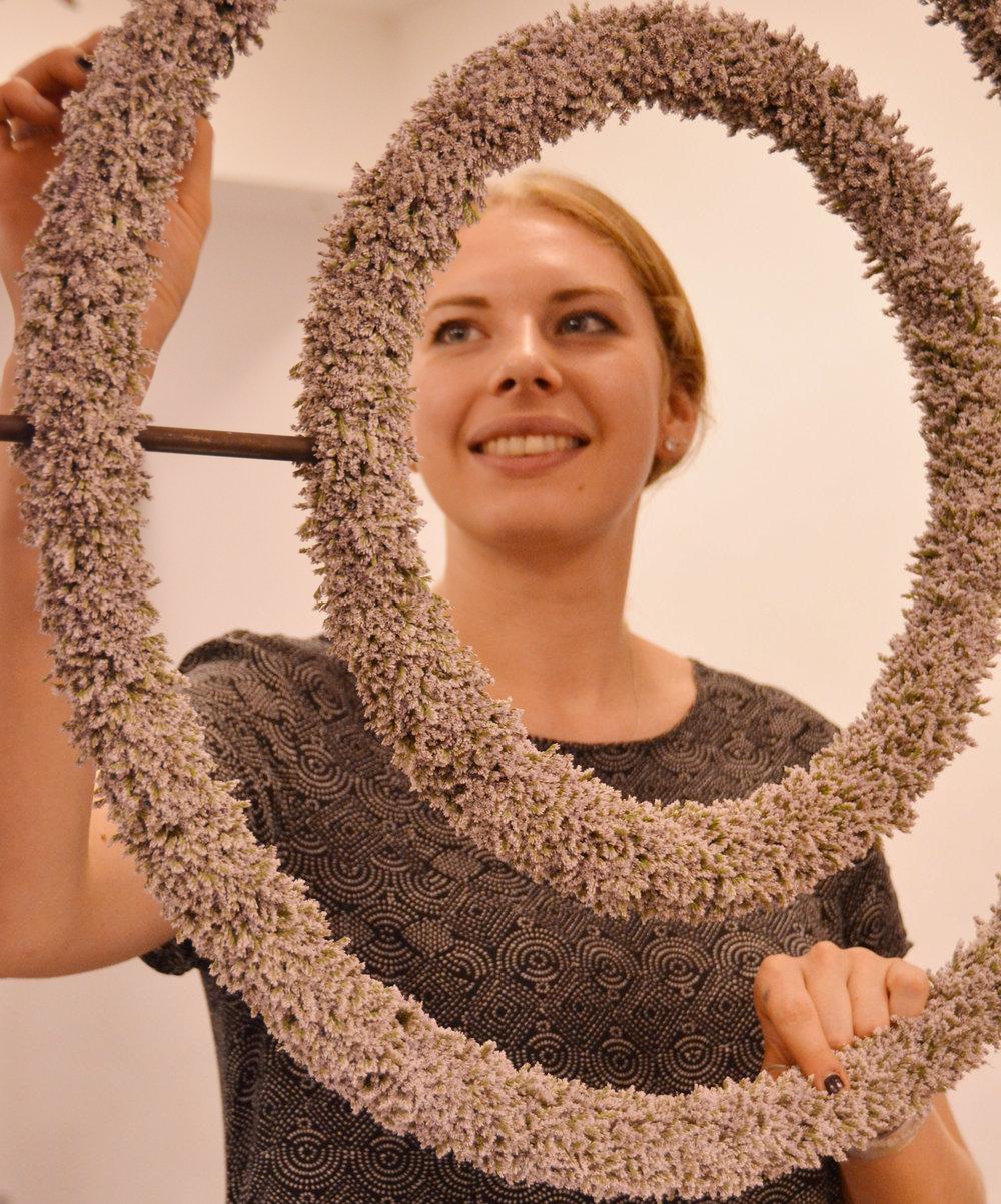 Lea Schellscheidt aus Basel/CH näherte sich auf ganz neue Weise der Kranz- und Ringform. Sie gestaltete die beiden begrenzenden Innen- und Aussenlinien und liess den eigentlichen Körper sich in Luft auflösen.