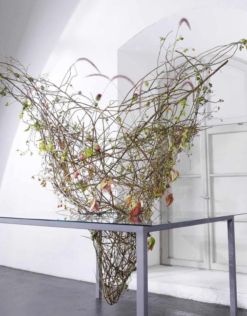 Eine symbiotische Verschmelzung von Tisch und Schmuckform aus den Händen von Inge Mann.
