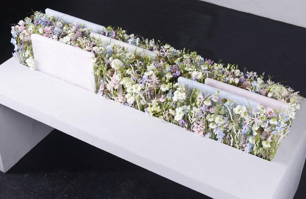 Blütenanordnungen in Aufschichtung - Tischschmuckausführung von Verena Irsslinger.