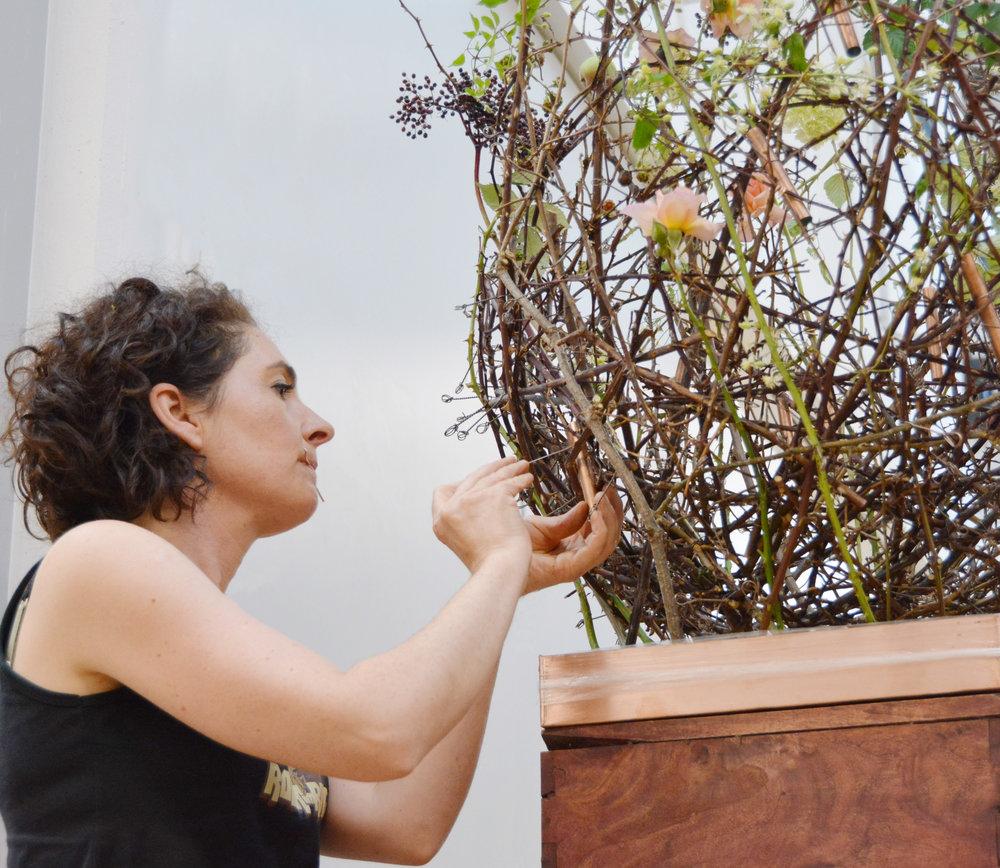 Tanja Innerhofer schuf einen Hohlkörper aus Rosenranken, in welchem sich die Blütenformen frei bewegten.