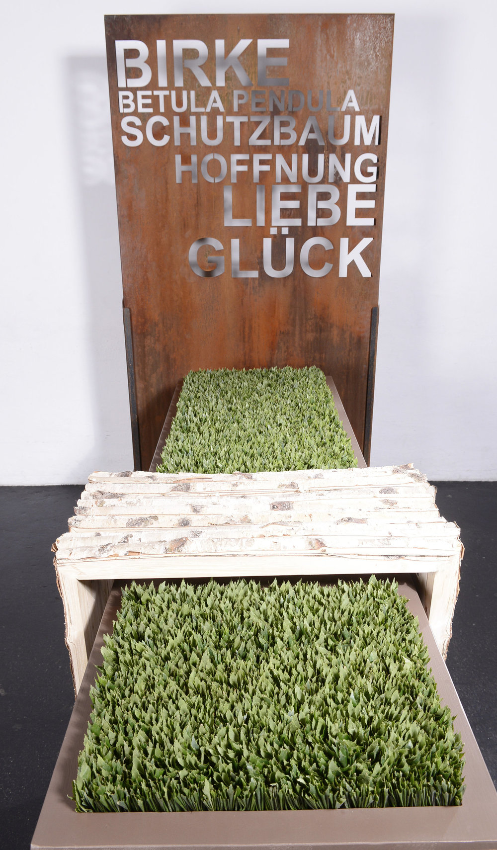 28'000 Einzelblätter der Birken büschelte Birgit Nöbauer gemeinsam mit ihren Helfern und schuf eine ganz reduzierte Tischformgestaltung.